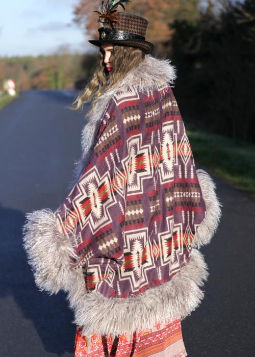 Boho Cape Jacke mit Tibetlamm Aztek lila-taupe